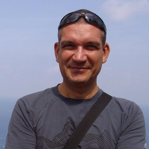 F. Tamás (42 éves)